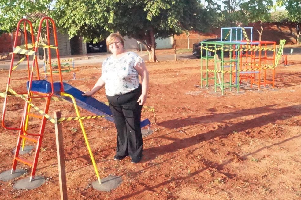 Castilho: Prefeita Fátima visita instalação de Playground no Nova Iorque