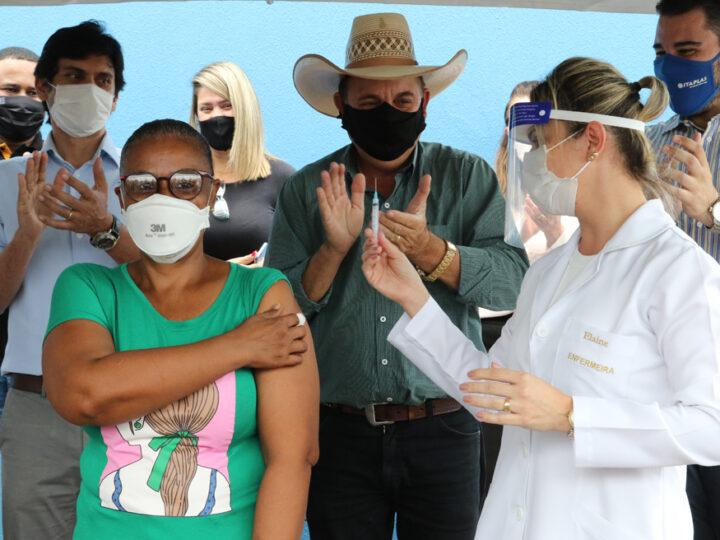 Três lagoas: Enfermeira da UPA recebe 1ª dose da vacina contra Covid-19